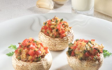 Fyldte champignon med fintskårne grøntsager