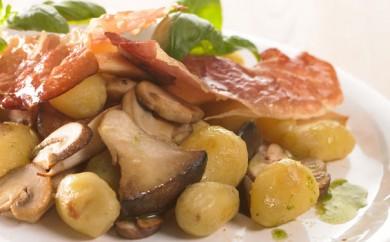 Nye kartofler med pancetta og ristet svampe