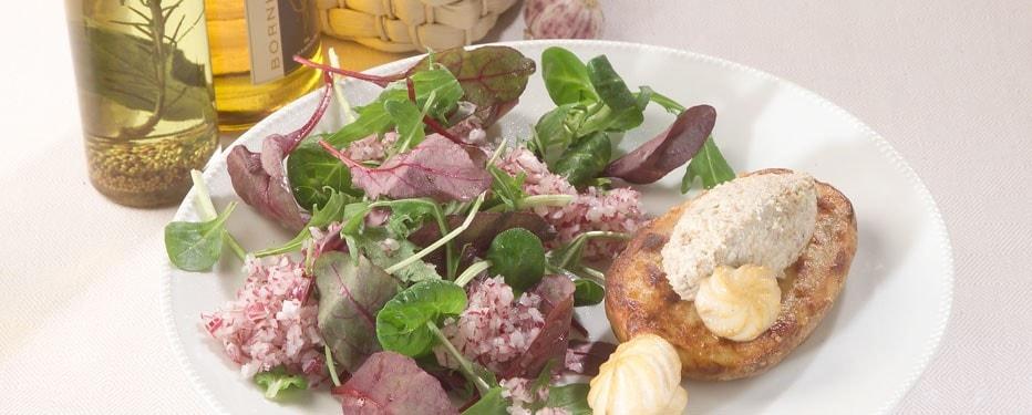 Ovnbagt kartoffel med champignoncreme og salat i varianter med rødløg